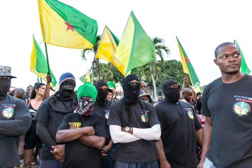 """Des membres des """"500 frères contre la délinquance"""" devant la préfecture de Cayenne, en Gyane, le 1er avril 2017 © jody amiet AFP"""
