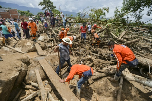Des secouristes s'activent à Mocoa, Colombie, le 2 avril 2017 © LUIS ROBAYO AFP