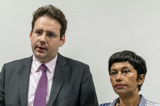 Le ministre de l'Intérieur Matthias Fekl (G) et la ministre de l'OUtre-Mer  Ericka Bareigts  (D) lors d'une conférence de presse à Cayenne le 1er avril 2017 © jody amiet AFP