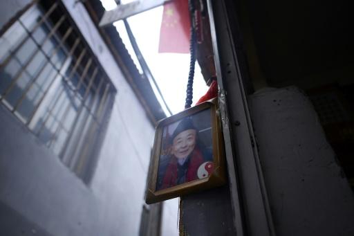 Une photo d'un diseur de bonne eventure qui choisit un nom pour les enfants chinois à l'entrée de son échoppe à Pékin, le 28 février 2017 © WANG Zhao AFP