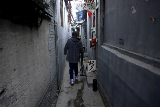 Dans cette rue de Pékin, un diseur de bonne aventure perpétue une tradition millénaire: trouver un nom de bon augure en fonction de la date et de l'heure de naissance d'un enfant, le 28 février 2017 © WANG Zhao AFP