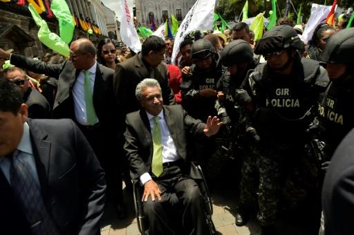 Le vainqueur de la présidentielle équatorienne, Lenin Moreno, salue ses soutiens sur la Plaza Grande à Quito, le 3 avril 2017 © RODRIGO BUENDIA AFP
