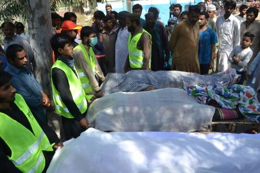 Des corps des victimes de la tuerie dans un sactuaire soufi à Sargodha, au Pakistan, le 2 avril 2017 © FATIQ BUKHARI AFP