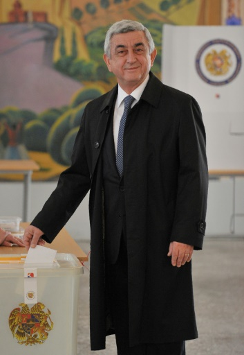 Le président arménien Serge Sarkissian vote aux législatives, le 2 avril 2017 à Erevan © KAREN MINASYAN AFP