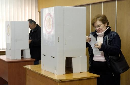 Dans un bureau de vote d'Erevan, le 2 avril 2017 © KAREN MINASYAN AFP