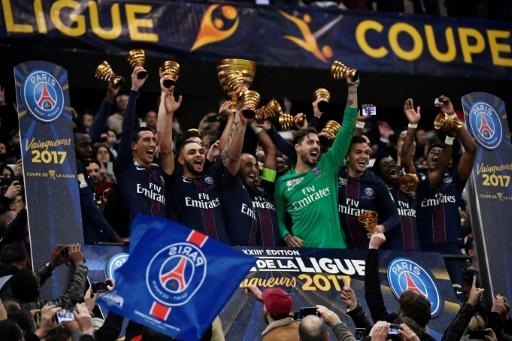 Les joueurs du PSG avec le trophée de la Coupe de la Ligue, le 1er avril 2017 au Parc OLà Lyon après la victoire 4-1 sur Monaco © Jeff PACHOUD AFP