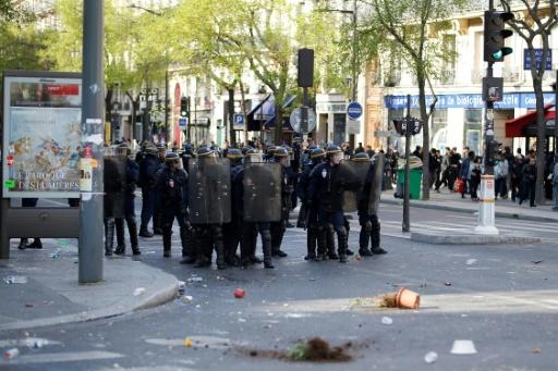 Des incidents entre manifestants et forces de l'ordre lors d'une manifestation le 2 avril 2017 à Paris après la mort d'un père de famille chinois tué par la police © Benjamin CREMEL AFP