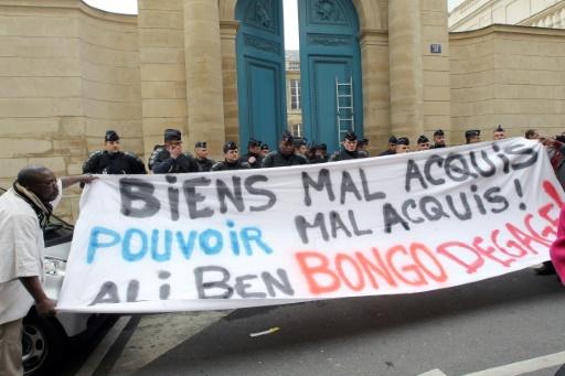 Manifestation devant un édifice soupçonné d'appartenir au président du Gabon, Ali Bongo, le 21 février 2011 à Paris © PIERRE VERDY AFP/Archives