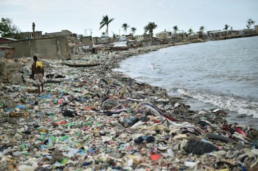 Une plage de Jeremie, en Haïti, jonchée de détritus, le 31 mars 2017 © HECTOR RETAMAL AFP
