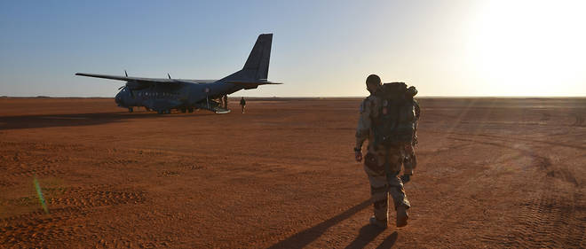 Un avion de transport Casa de l'armée de l'air embarque des militaires, en bordure de la piste sommaire de la base avancée de Madama (Niger), le 1er mars 2017.
