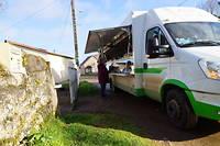 Sébastien sillonne les campagnes à bord de son camion épicerie.
