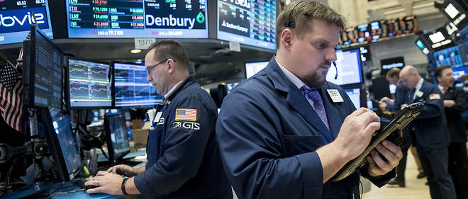 NEW YORK, NY - MARCH 31: Traders work and financial professionals work on the floor of the New York Stock Exchange (NYSE) ahead of the closing bell, March 31, 2017 in New York City. The Dow Jones industrial index notched its sixth-straight positive quarter, marking the best run for the Dow since 2006. (Drew Angerer/Getty Images)