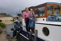 Tony et Nicol, jeunes retraités venus d'Oxford, se sont installés dans leur péniche flambant neuve à Briare.