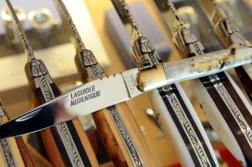 Le véritable couteau Laguiole dans une boutique de ce village le 21 septembre 2012 © REMY GABALDA AFP