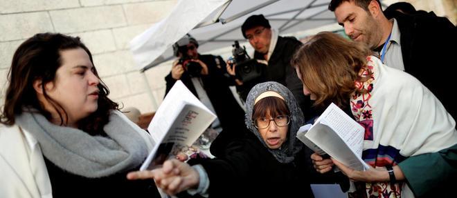 À Jérusalem, une femme conteste avec véhémence à des militantes du mouvement juif libéral