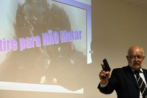Antonio Carlos Magalhaes, dirigeant de Condor, montre une arme non létale, à la presse à Nova Iguaçu (à 40 kilomètres de Rio de Janeiro) le 9 avril 2008 © VANDERLEI ALMEIDA AFP/Archives