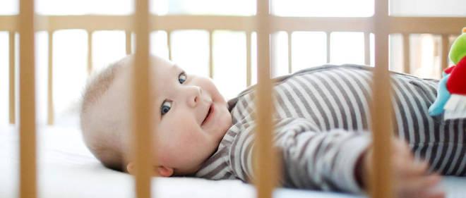Pour récupérer un enfant dans un lit à barreaux, une baignoire ou son parc, mieux vaut se placer en position de fente avant, ce qui donne de la mobilité au bassin.