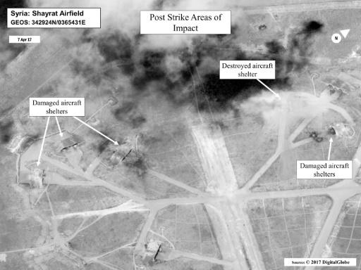 Image satellite fournie par le Pentagone des points d'impacts sur la base aérienne syrienne d'al-Chaayrate après la frappe américaine, le 7 avril 2017 © Handout DoD/AFP