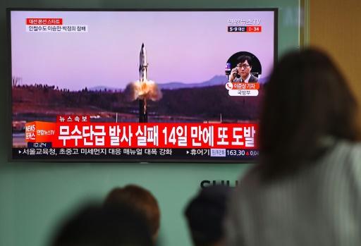 Des images diffusées à la télévision sud-coréenne, le 5 avril 2017 à Séoul, montrent un nouveau tir de missile en Corée du Nord © JUNG Yeon-Je AFP
