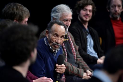 """Pierre Rabhi (c), fondateur du mouvement """"Le chant des Colibris"""", lors d'une conférence de presse le 31 janvier 2017 à Paris © ALAIN JOCARD AFP/Archives"""