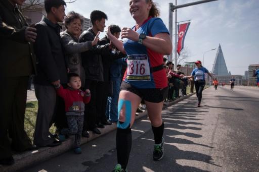 Les participants au marathon de Pyongyang saluent les spectateurs le 9 avril 2017 © Ed JONES AFP