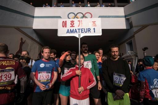 Les amateurs étrangers se rassemblent avant le début du marathon de Pyongyang le 9 avril 2017 © Ed JONES AFP
