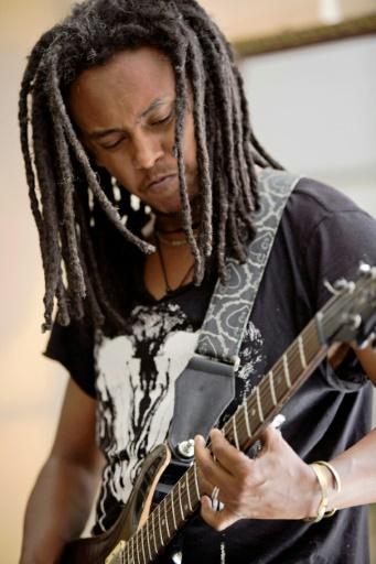 Micheal Hailu, directeur musical et guitariste du groupe de rock Jano, lors d'une répétition, le 16 février 2017 à Addis Abeba, en Ethiopie © ZACHARIAS ABUBEKER AFP