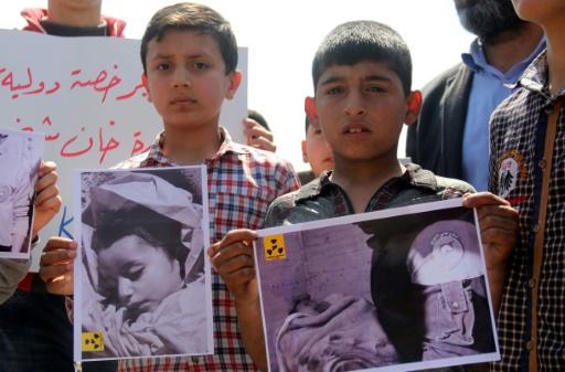 Des habitants de Khan Sheikhun dont des enfants manifestent après l'attaque au gaz sur la ville syrienne, le 7 avril 2017 © Omar haj kadour AFP