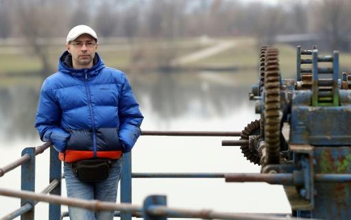 Denis Franciskovic, du groupe écologique Eko Pan près de la petite centrale hydro-électrique de la rivière Korana, le 22 février 2017 à Karlovac, en Croatie © Damir SENCAR AFP