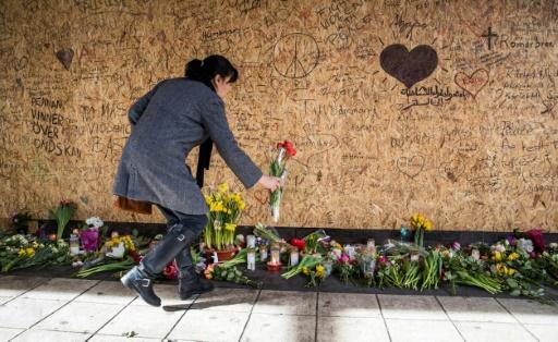 Une personne rend hommage aux victimes de l'attentat de Stockholm le 9 avril 2017 © Odd ANDERSEN AFP