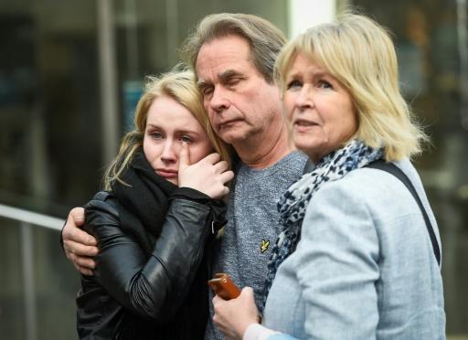 Un homme réconforte une jeune femme le 9 avril 2017 à Stockholm © Jonathan NACKSTRAND AFP