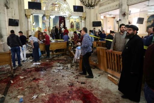 Des coptes à l'intérieur de l'église Mar Girgis après un attentat qui a frappé les fidèles et tué au moins 36 personnes dans la ville de Tanta en Egypte, à 120 kilomètres au nord du Caire le 9 avril 2017 © STRINGER AFP