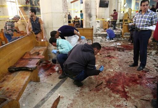 Des experts sur le site d'une explosion à la bombe qui a frappé les fidèles de l'église copte de Mar Girgis à Tanta, à 120 kilomètres au nord du Caire le 9 avril 2017 © STRINGER AFP
