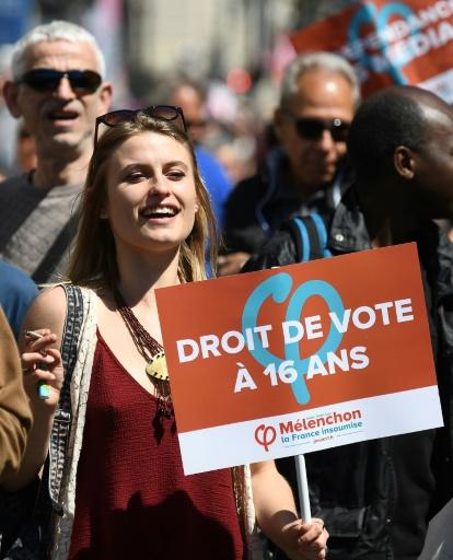 Des partisans de Jean-Luc Mélenchon sur la Cannebière, en route pour un meeting de leur candidat sur le vieux port de Marseille, le 9 avril 2017 © boris HORVAT                         AFP