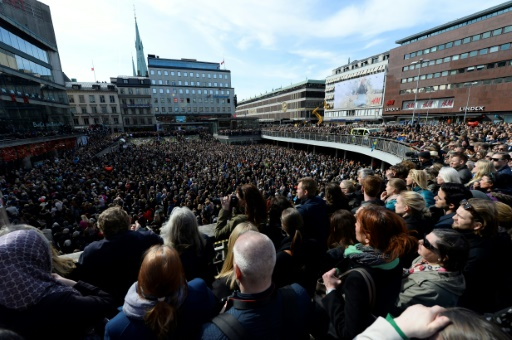 Rassemblement à Stocholm pour rendre hommage aux victimes, deux jours après une attaque au camion bélier qui a fait quatre morts, le 9 avril 2017 © Jonathan NACKSTRAND                  AFP