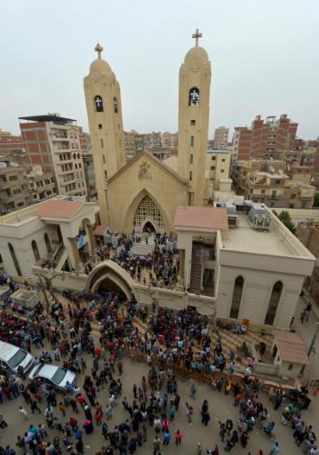 Une foule devant une église copte cible d'un attentat meurtrier à Tanta, 120 km au nord du Caire © KHALED DESOUKI AFP