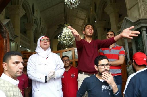 Des gens sur les lieux d'un attentat meurtrier qui a visé une église copte à Tanta, 120 km au nord du Caire © STRINGER AFP