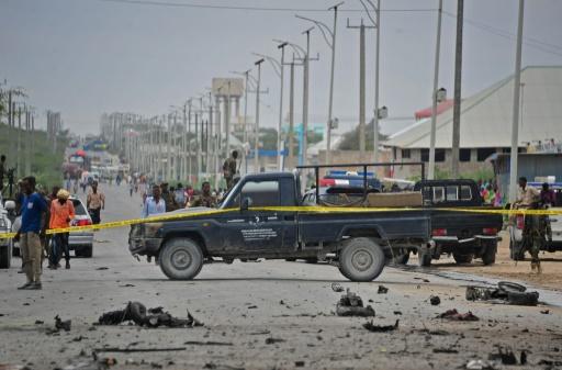 Des membres des forces de sécurité somaliennes sur les lieux d'un attentat à Mogadiscio le 9 avril 2017 © Mohamed ABDIWAHAB AFP