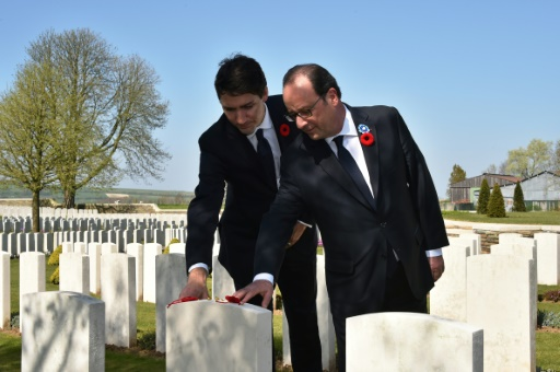 Le président français François Hollande (D) et le Premier ministre canadien Justin Trudeau au cimetière de Vimy, le 9 avril 2017 © Philippe HUGUEN POOL/AFP