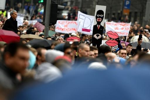 Plusieurs milliers de serbes défilent à Belgrade contre l'élection de Vucic à la présidentielle, le 8 avril 2017 © ANDREJ ISAKOVIC AFP
