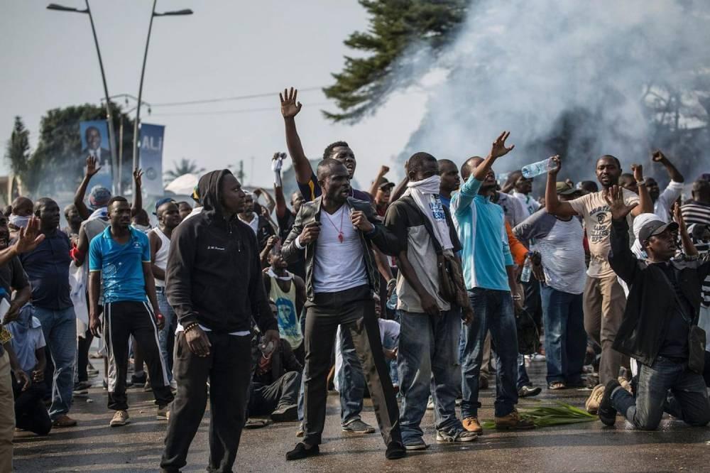 Des partisans du candidat de l'opposition Jean Ping protestent contre les résultats de l'élection présidentielle donnant le président Ali Bongo vainqueur. ©  AFP/Marco Longari
