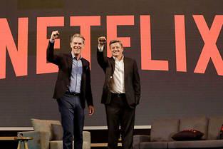 Reed Hastings (à gauche), le PDG et cofondateur de Netflix, au côté de Ted Sarandos, le numéro 2. ©Ahn Young-joon/AP/SIPA