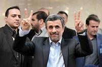 L'ancien président ultraconservateur Mahmoud Ahmadinejad posant pour les photographes en enregistrant sa candidature le 12 avril 2017 au ministère de l'Intérieur, à Téhéran. ©Fatemeh Bahrami