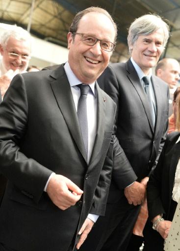 Le président français François Hollande (g) et le ministre de l'Agriculture et porte-parole du gouvernement Stéphane Le Foll, lors de la visite d'une usine à Sablé-sur-Sarthe, le 4 mai 2016 © JEAN-FRANCOIS MONIER AFP/Archives