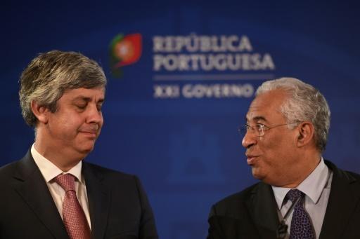 Le Premier ministre socialiste portugais, Antonio Costa (D) et le ministre des Finances, Mario Centeno, le 31 mars 2017 à Lisbonne © PATRICIA DE MELO MOREIRA AFP