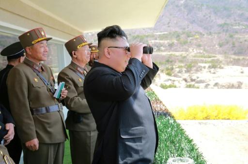 Photo non datée fournie le 14 avril 2017 par l'agence officielle nord-coréenne Kcna du leader Kim Jong-Un observant avec des jumelles les opérations des forces spéciales dans un lieu non précisé © STR KCNA VIA KNS/AFP