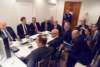 Sur cette photo, publiée par la Maison-Blanche le 7 avril 2017, Donald Trump, entouré de ses proches collaborateurs, écoute un briefing de l'état-major après les frappes américaines en Syrie.  ©WHITE HOUSE