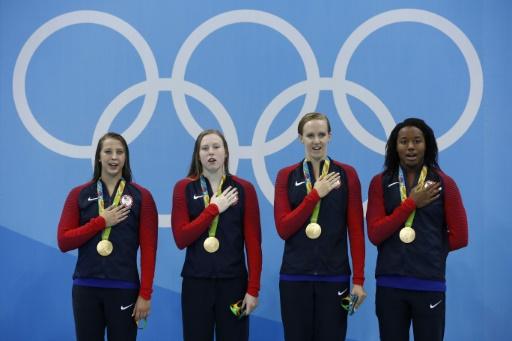 (g-d) Les nageuses américaines Kathleen Baker, Lilly King, Dana Vollmer, Simone Manuel remportent la médaille d'or du relais 4x100 m quatre nages, le 13 août 2016 au Jeux Olympiques de Rio © Odd ANDERSEN AFP/Archives