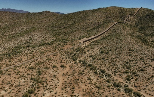 Une barrière de métal le long de la frontière entre le désert d'Altar dans l'Etat de Sonora au Mexique, et le désert d'Arizona, aux Etats-Unis, le 27 mars 2017 © PEDRO PARDO AFP/Archives