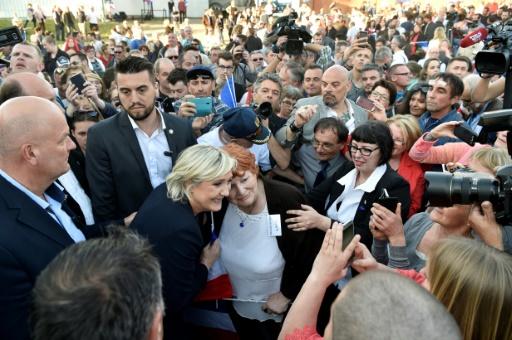 Marine Le Pen pose avec une supportrice, lors d'un meeting de campagne à Pageas, près de Limoges, le 13 avril 2017 © ALAIN JOCARD AFP
